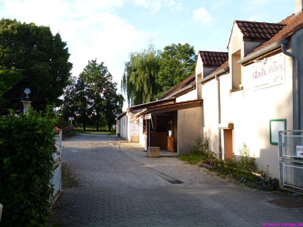 Vorne die Rezeption, dahinter das Waschhaus des CP in Premeaux-Prissey