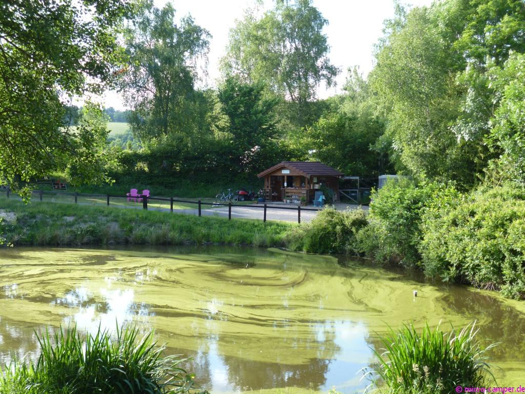Der Eingang zum CP La Boutière mit idyllischem See