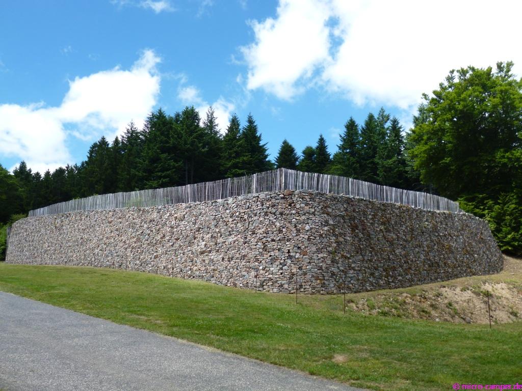 Rekonstruierte keltische Stadtmauer, eine sogenannte Pfostenschlitzmauer