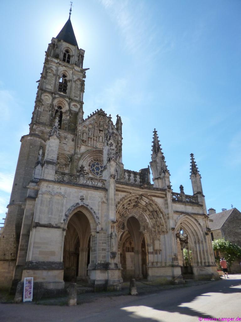 Für das kleine Dorf eine sehr beeindruckende Kirche