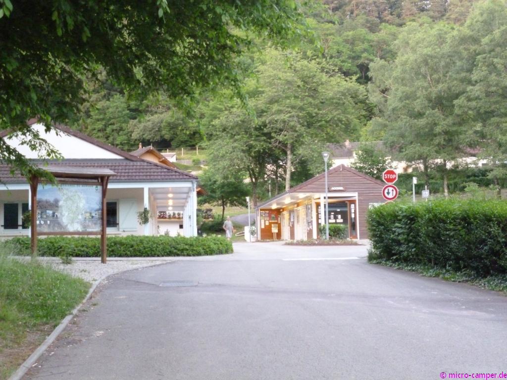 Rechts die Rezeption, links das Waschhaus des CP de Sous-Roche