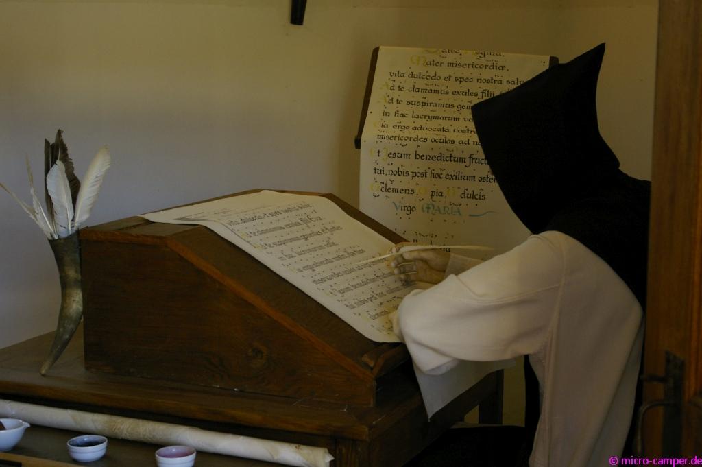 Ein Mönch im Scriptorium, der Schreibwerkstatt